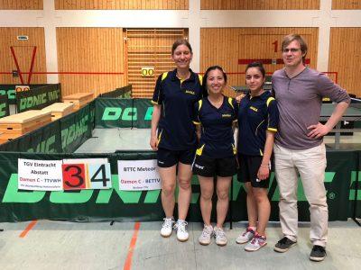 Meteor Damen-Pokalteam mit Katja, Sanae, Maliha und Teilzeitcoach Philip